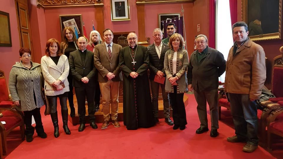 Mons. Jesús Sanz, Arzobispo de Oviedo, con Jorge Cabal, párroco de Villaviciosa, en el acto institucional en el Ayuntamiento de Villaviciosa