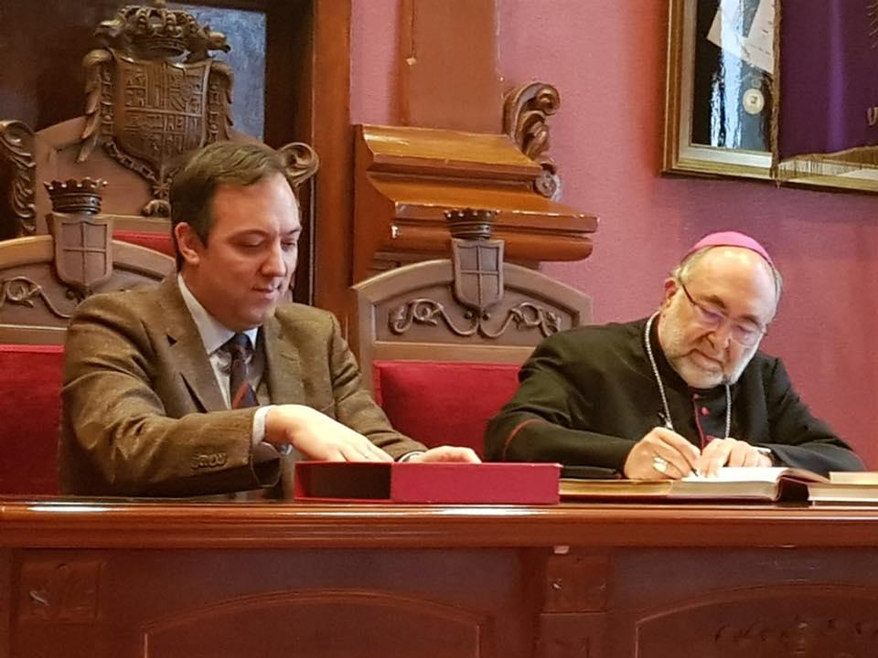 El Alcalde de Villaviciosa, Alejandro Vega, con Mons. Sanz