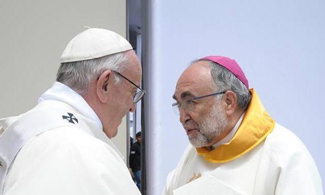 Conferencia de Mons. Sanz en el teatro Riera de Villaviciosa, sobre el viaje del Papa a Perú