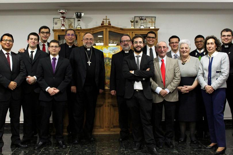 Foto del grupo del Seminario Redemptoris Mater con el Arzobispo
