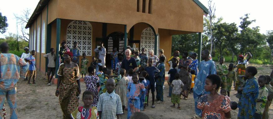 Mons. Jesús Sanz visita la misión de Benín