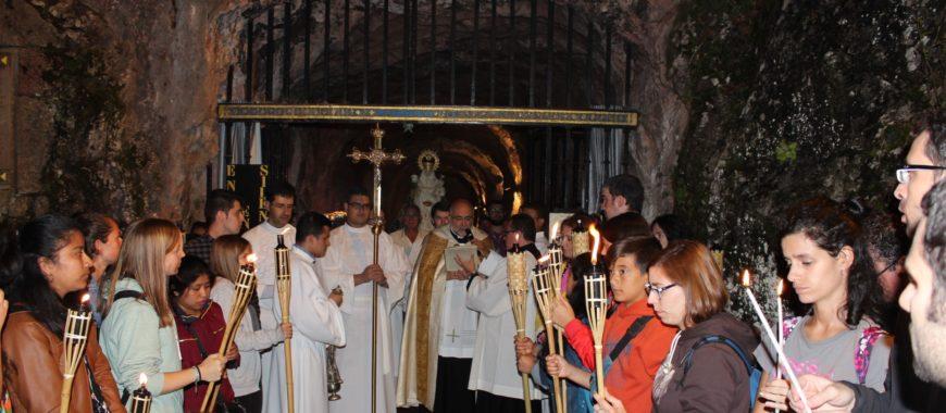 Los jóvenes se reúnen de noche ante la Virgen, en la tradicional Vigilia de la Santina
