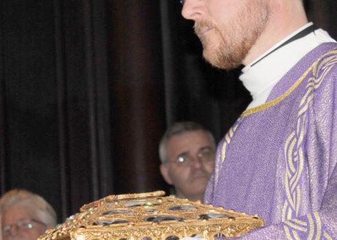 Diácono y grupo seminaristas con las reliquias en la Caja de las Ágatas